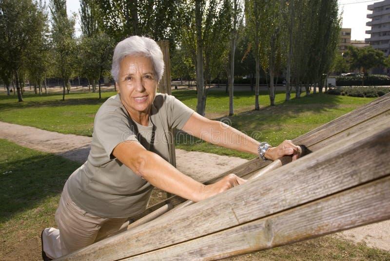Älteres Frauentrainieren stockfotos