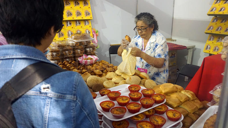 Älteres Frauenverkaufsbrot stockfoto