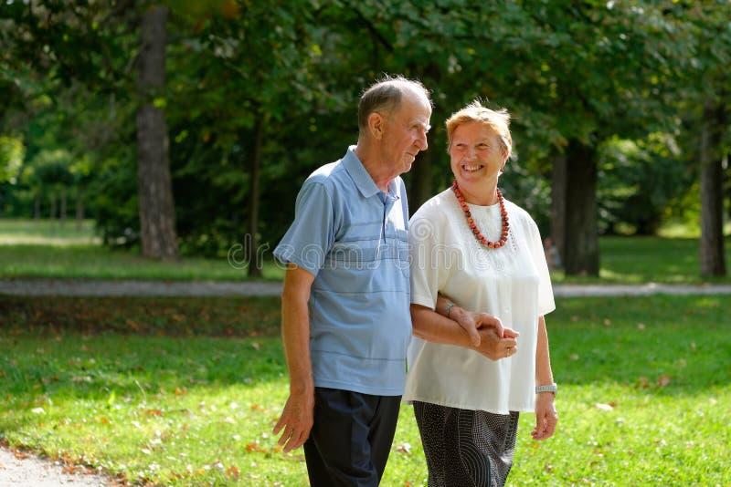 Älteres Gehen des glücklichen Paars stockfoto