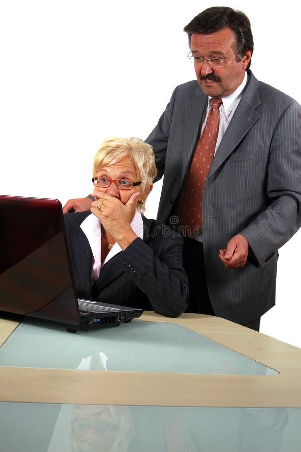 Älteres Geschäfts-Team, das an Laptop arbeitet lizenzfreies stockbild