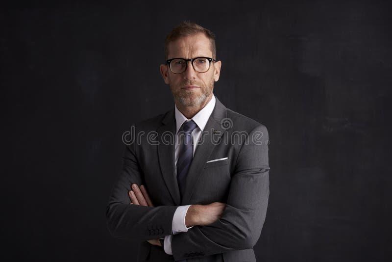 Älteres Geschäftsmannvollziehendporträt lizenzfreie stockfotografie