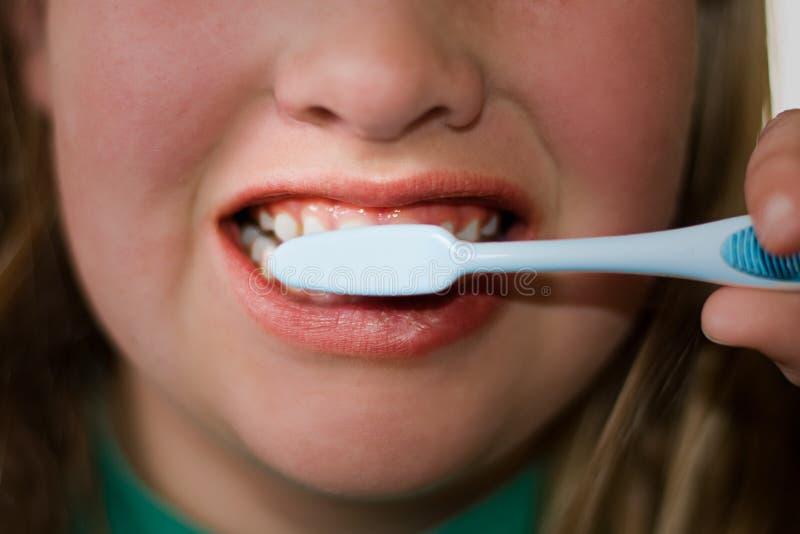 Älteres Kinderbürstende Zähne lizenzfreies stockbild