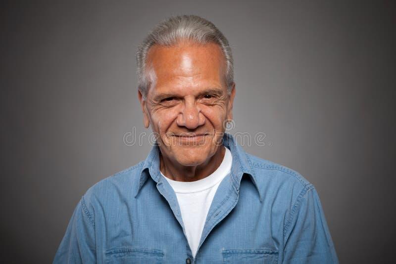 Älteres Mannlächeln stockfotos