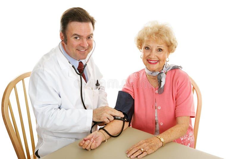 Älteres medizinisches - Nehmen des Blutdruckes stockfotografie