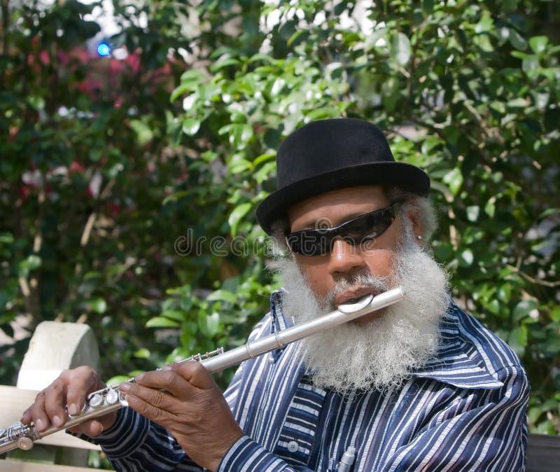 Älteres Musican, das Flöte spielt stockfoto