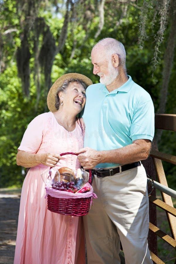 Älteres Paar hat ein Lachen stockbild