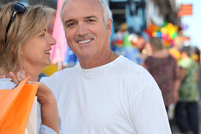 Älteres Paareinkaufen lizenzfreie stockfotos