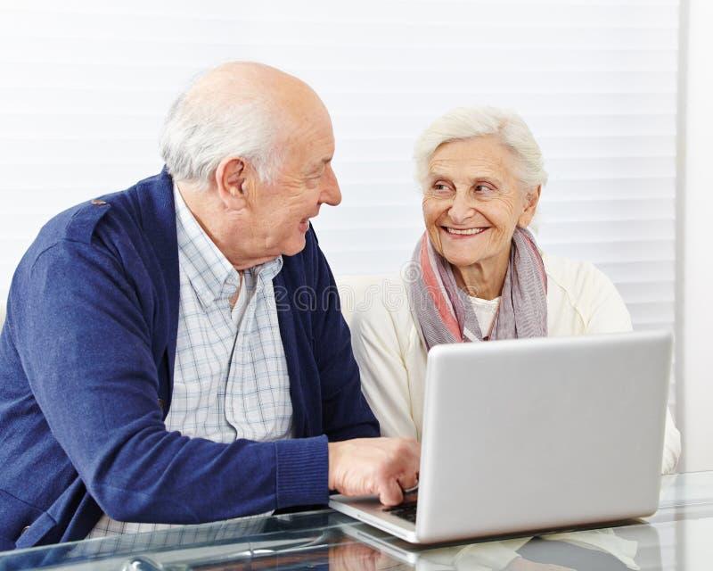Älteres Paareinkaufen im Internet stockbilder