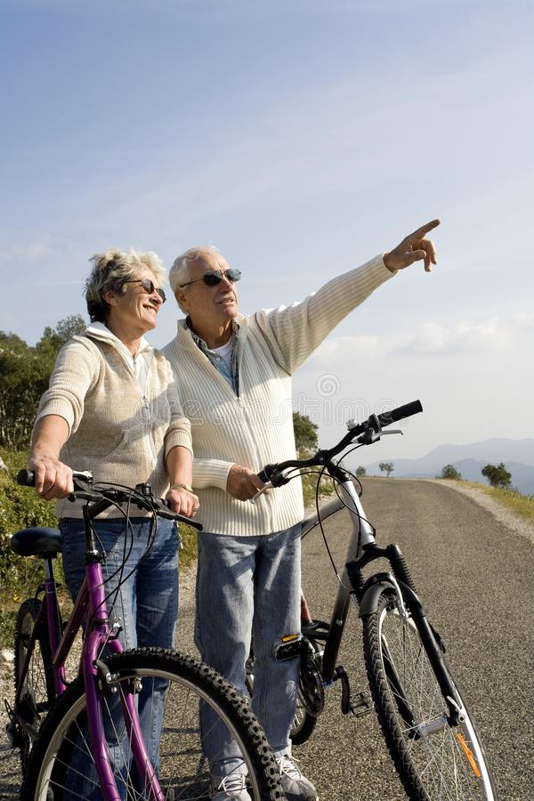 Älteres Paarradfahren lizenzfreie stockfotos