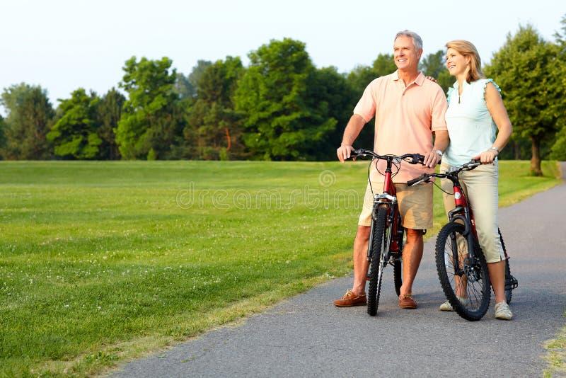 Älteres Paarradfahren lizenzfreie stockfotografie