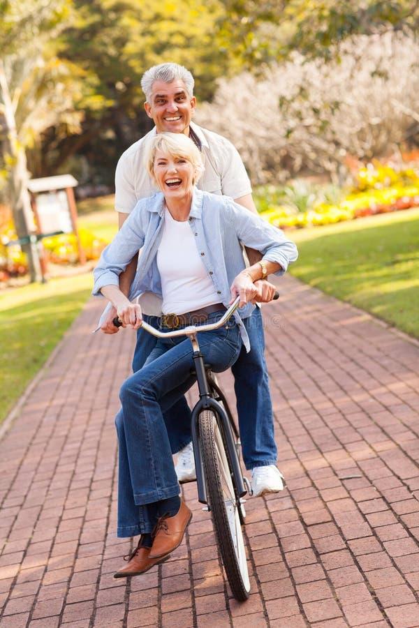 Älteres Paarradfahren stockfotografie