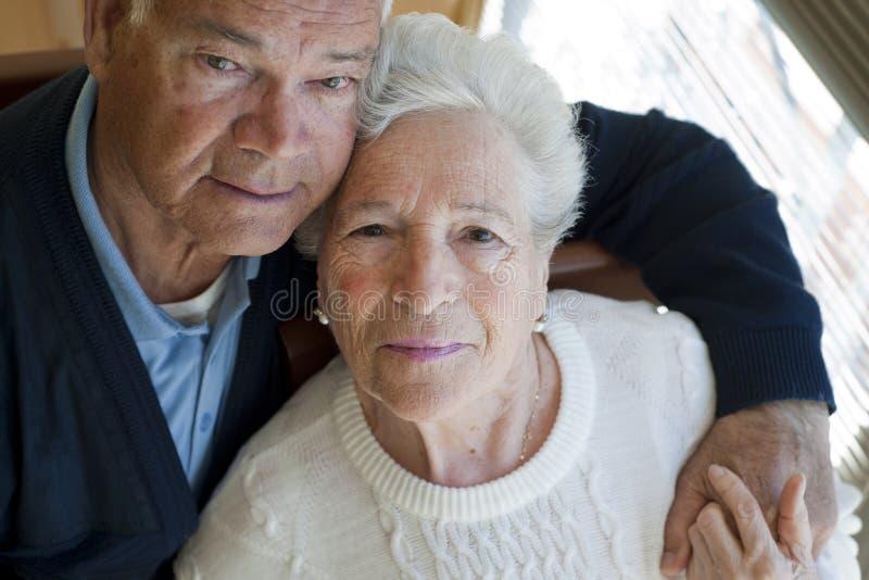 Älteres Paarumarmen stockbilder