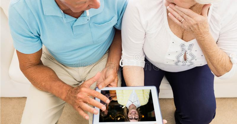 Älteres Paarvideo-conferencing auf Tablet-PC lizenzfreie stockfotografie