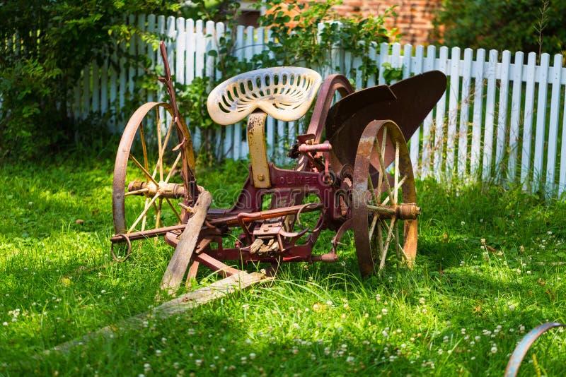 Älteres Pferd gezeichneter Pflug im Yard stockfotos