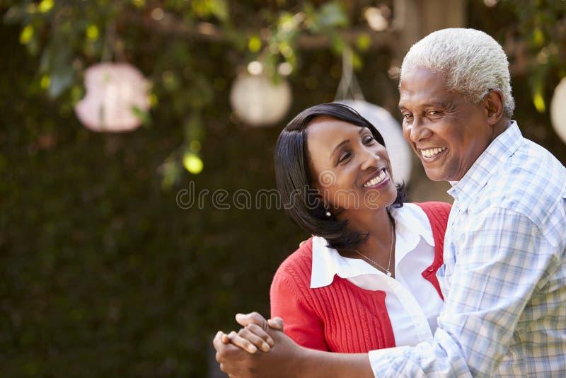 Älteres schwarzes Paartanzen in ihrem Hinterhof, Abschluss oben stockfotografie