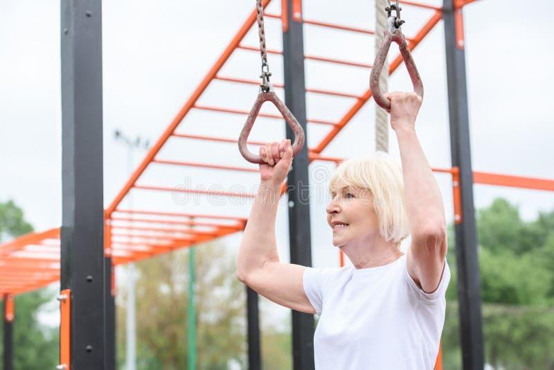 älteres Sportlerintraining auf Ringen stockbild