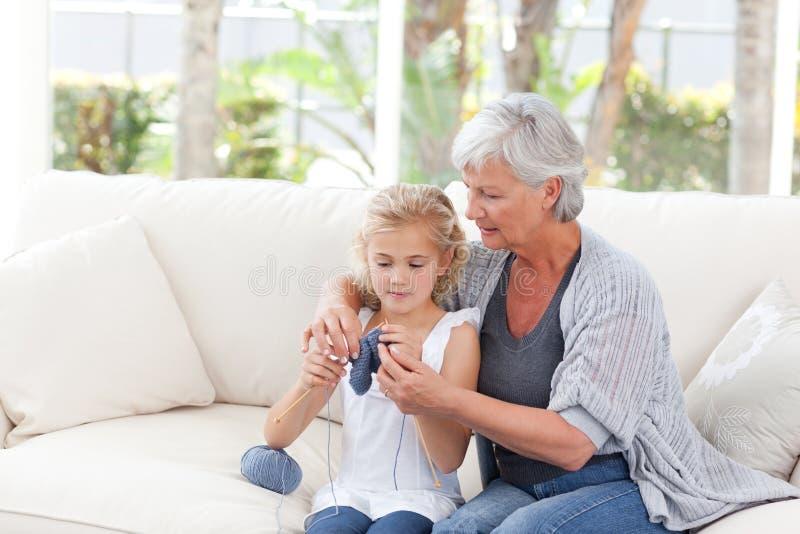 Älteres Stricken mit ihrer Enkelin lizenzfreie stockfotos