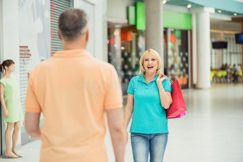 Älteres verheiratetes Paar, das am Shop zusammentritt stockbilder