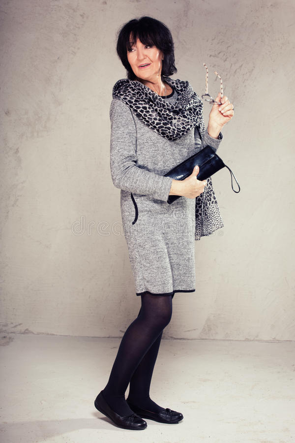 Älteres woma in der modernen Kleidung lizenzfreie stockbilder