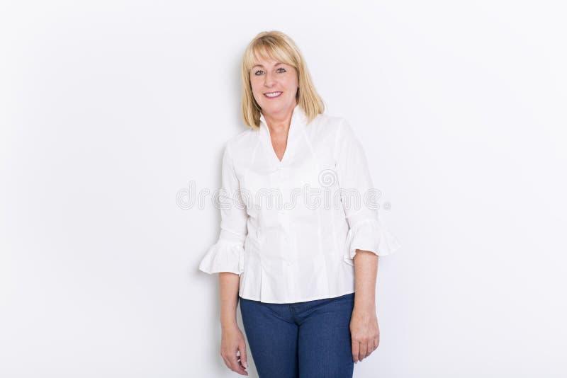 Älteres zufälliges Frauenartporträt, Atelieraufnahme, lokalisiert auf weißem Hintergrund stockfoto