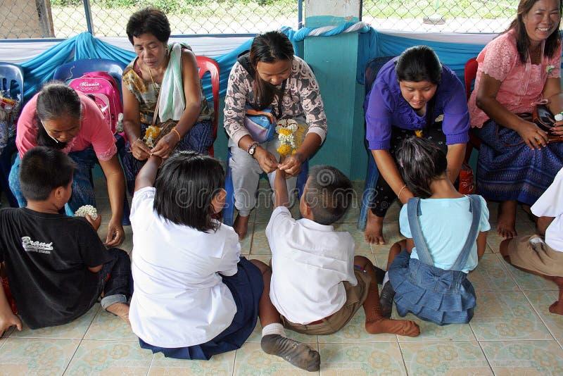 Älteste binden das Handgelenk und segnen zu den thailändischen Studenten lizenzfreies stockfoto