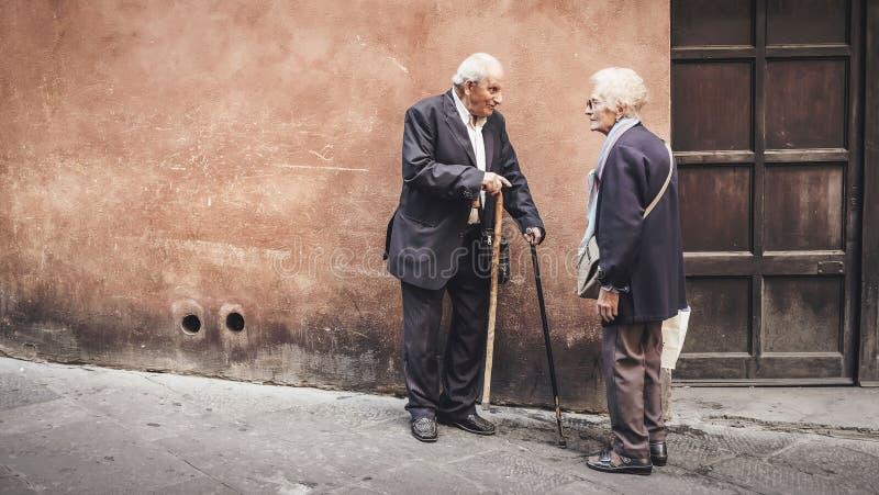 Ältestpaarfreien mit Stöcken