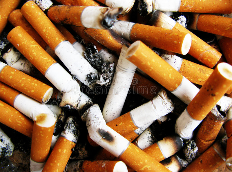 änd cigaretten arkivbild
