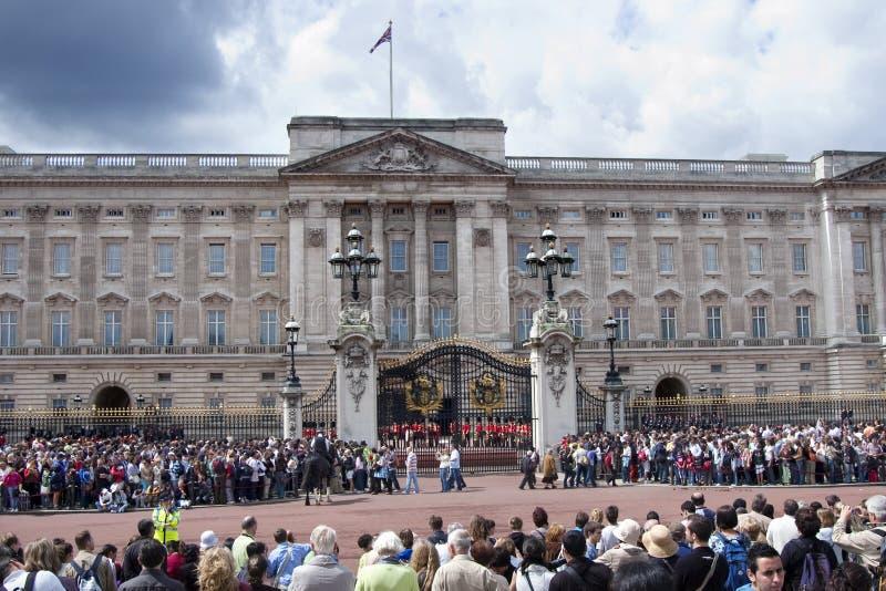 Ändern der Abdeckung am Buckingham Palace London stockbilder