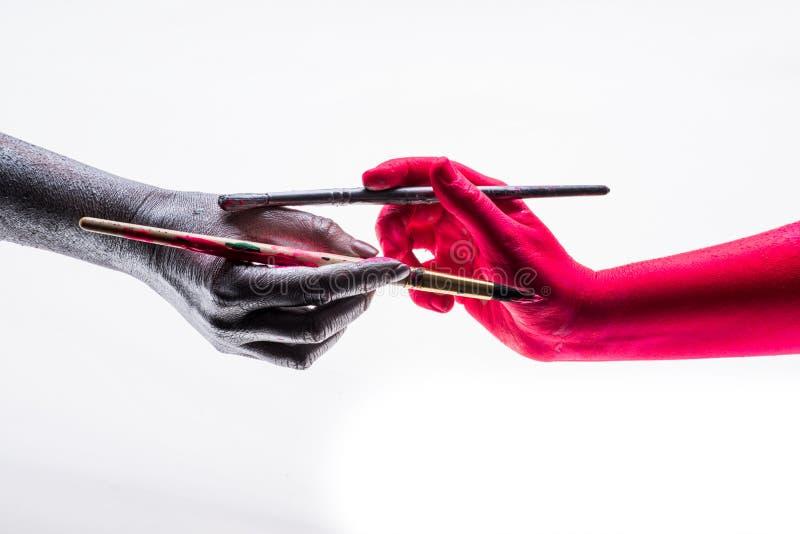 Ändern Leutefarbe andere Hände in ihrer Farbe, Symbol des Änderns von nahen Leuten in Ihrer Präferenz lizenzfreies stockfoto