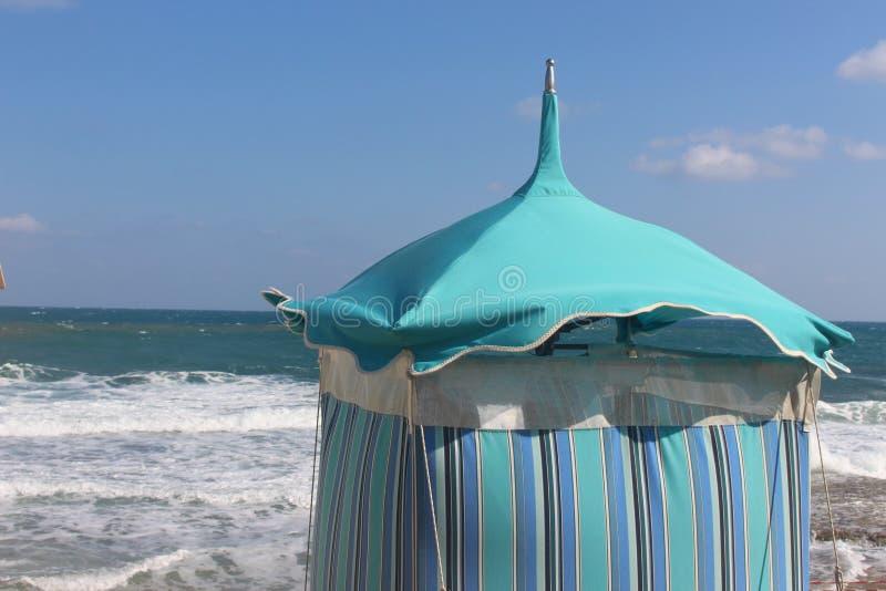 Ändernde Kabine auf dem Strand lizenzfreie stockbilder