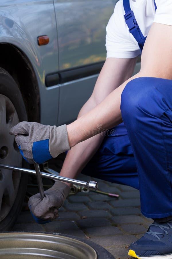 Ändernder flacher Reifen in der Garage stockfoto