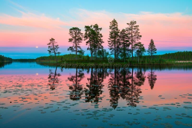 Ändlös polar dag i arktisken Nattetid i Juli Härlig rosa himmel och dess reflexion i det glansiga vattnet av sjön arkivbilder