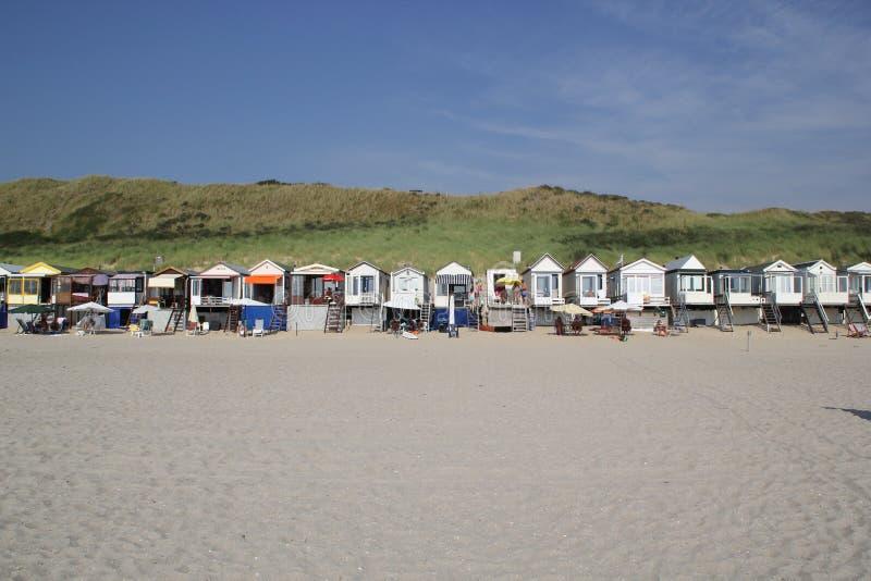 Ändlös serie av strandkojor arkivfoton