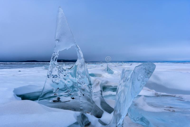 Ändlösa blåa ismindre kulle i vinter på det djupfrysta Laket Baikal arkivfoto