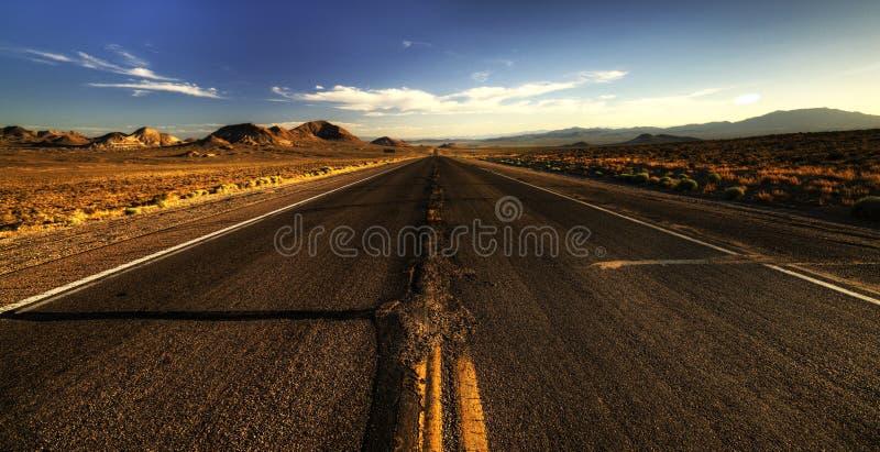 Ändlösa vägar i den Arizona öknen, USA arkivfoton