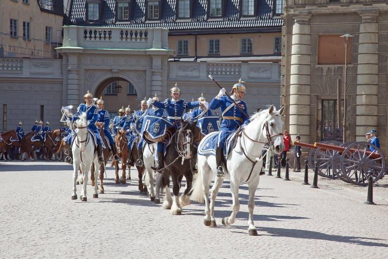 Ändra av vakten nära den kungliga slotten. Sverige. Stockholm arkivbild