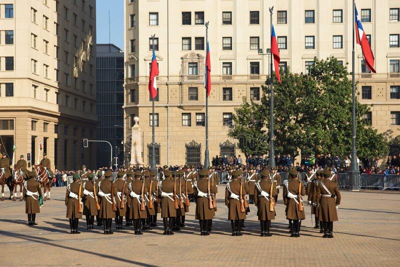 Ändra av vakten på La Moneda arkivfoton