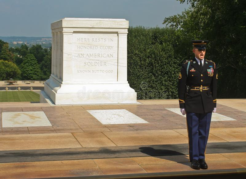 Ändra av vakterna på gravvalvet av den okända soldaten Washington DC Juni 2006 royaltyfri bild