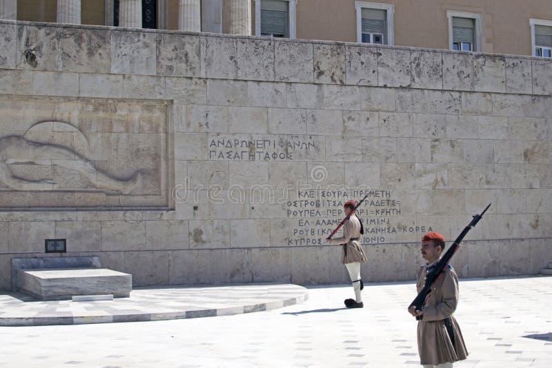 Ändra den Evzon vakten framme av parlamentbyggnaden i Aten royaltyfri fotografi