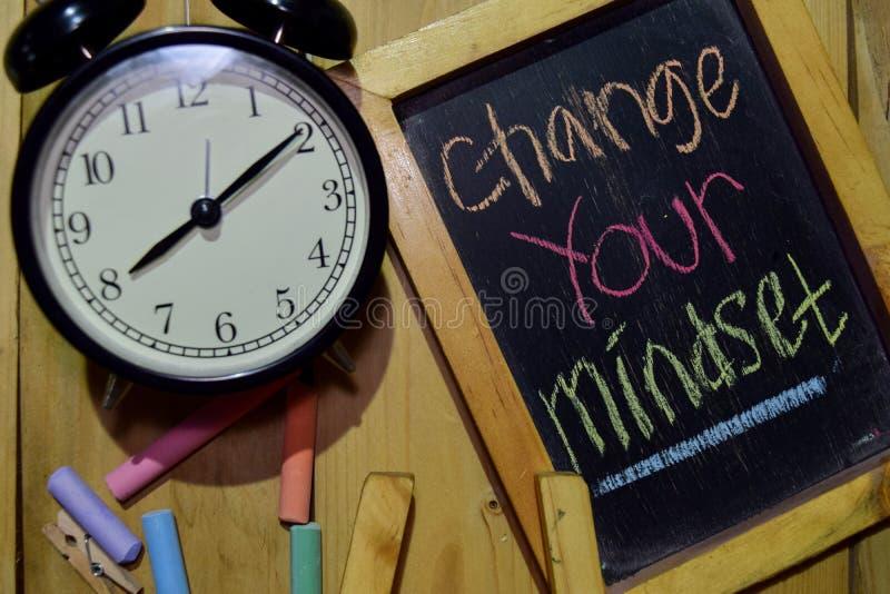 Ändra din Mindset på färgrikt handskrivet för uttryck på den svart tavlan arkivbild