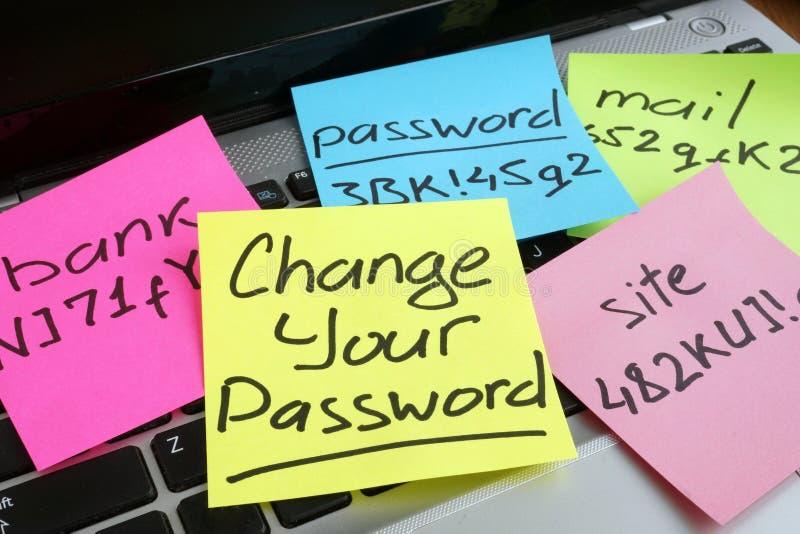 Ändra ditt lösenord Bärbar dator med stycken av papper royaltyfri foto