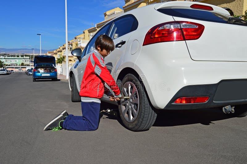 Ändra ett hjul på en bil royaltyfri foto