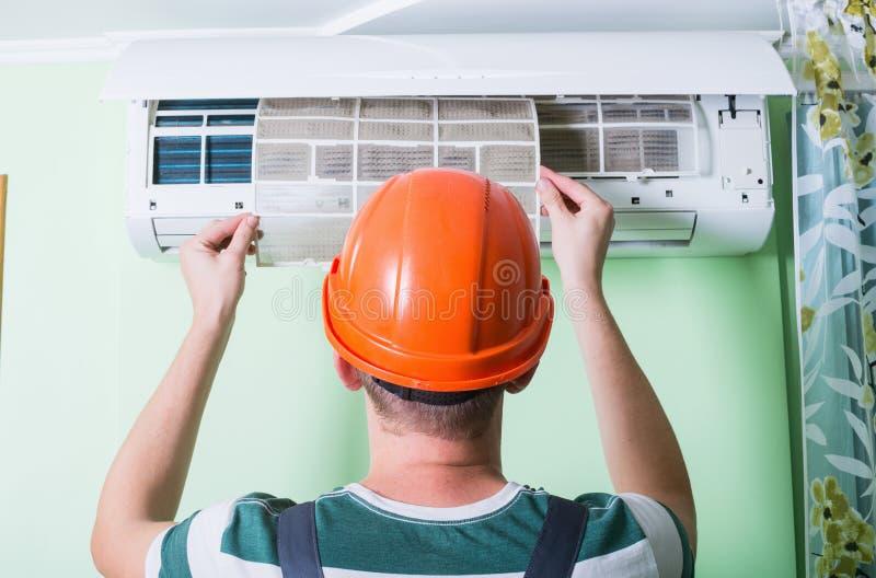 Ändra luftkonditioneringsapparatfiltret royaltyfria foton