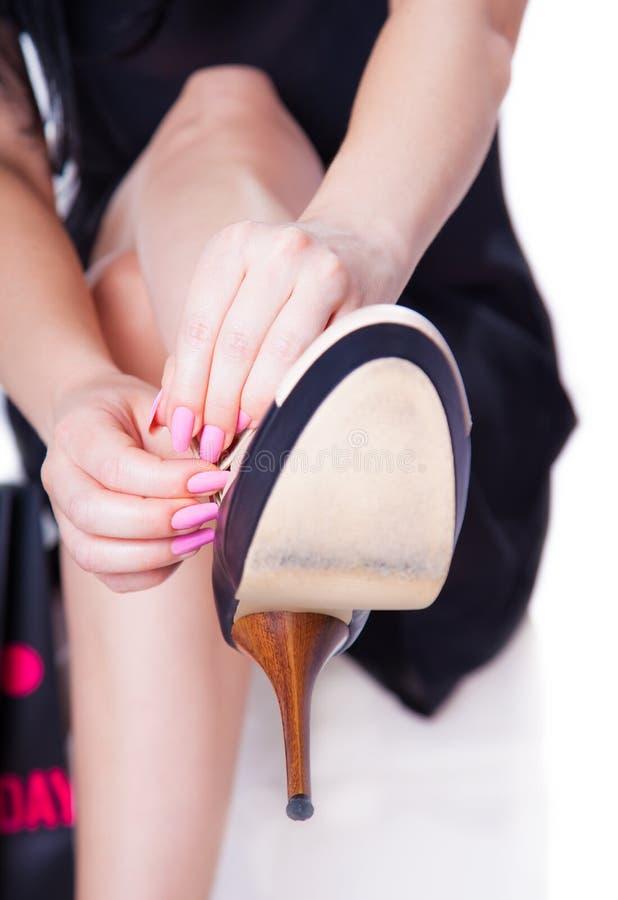 Ändra skokvinnan royaltyfria foton