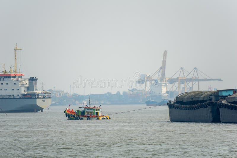 Ändrad pråm för tändare för fiskebåtsläpsand längs Chao Phraya arkivbilder