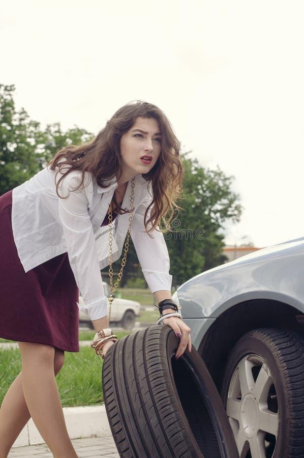 Ändrande bilhjul för kvinna arkivfoto