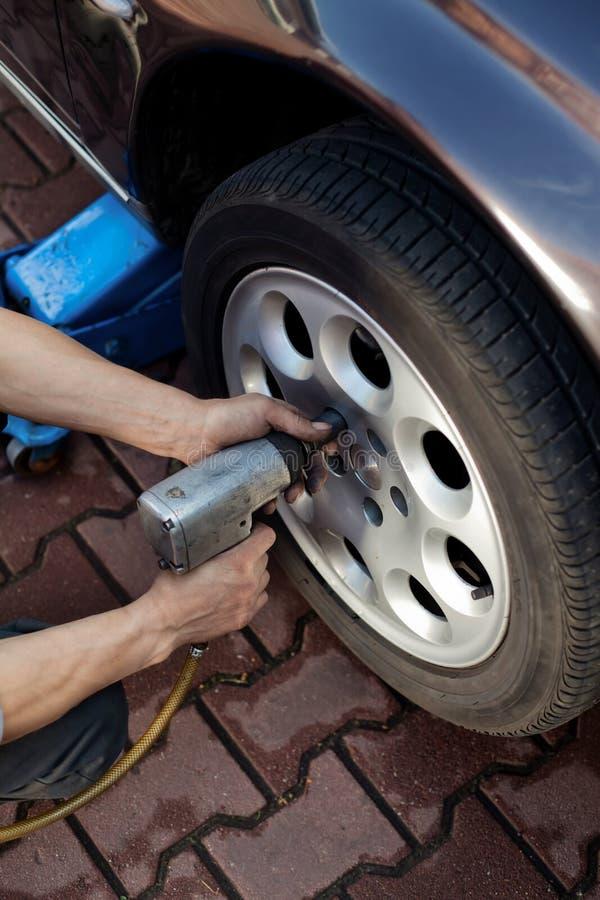 ändrande mekanikerhjul för bil fotografering för bildbyråer