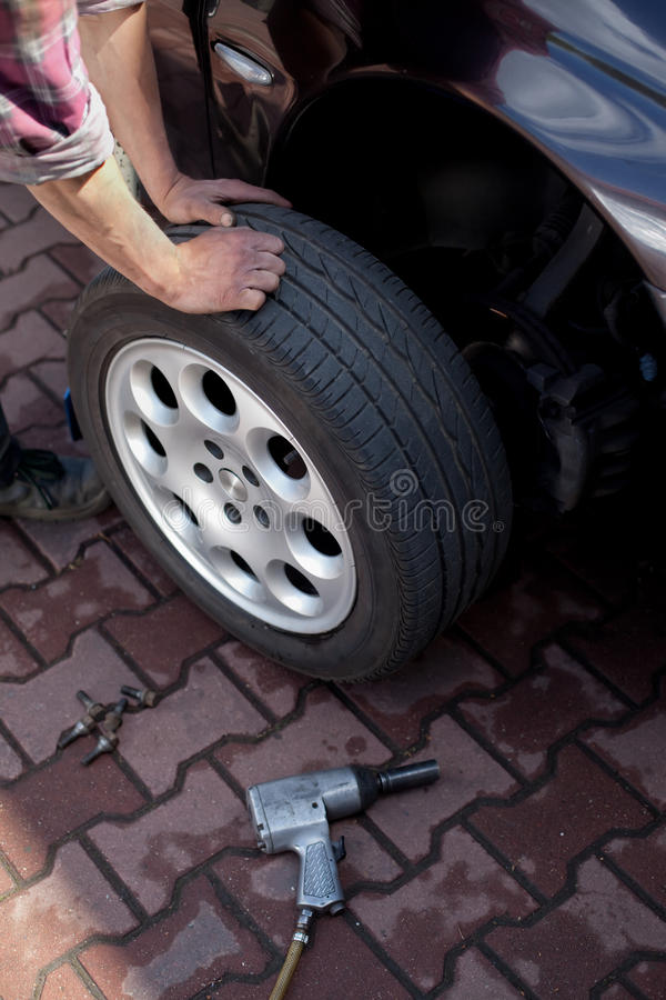 ändrande mekanikerhjul för bil arkivfoton