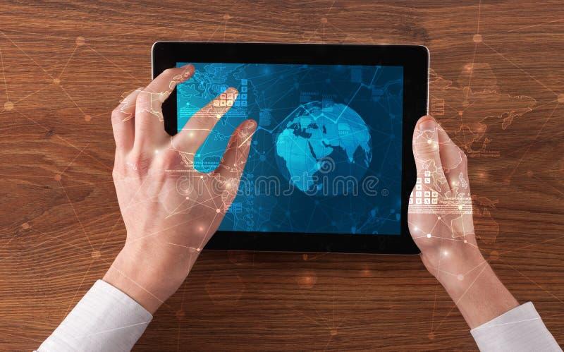 Ändrar den hållande minnestavlan för handen med globala rapporter och aktiemarknaden begrepp arkivfoton