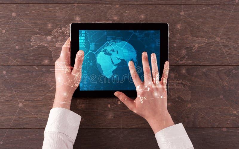 Ändrar den hållande minnestavlan för handen med globala rapporter och aktiemarknaden begrepp royaltyfria foton